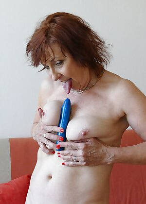 Older mature slut toying her pussy