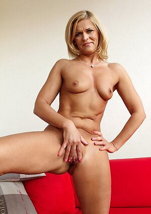 Super fit marure babe playing with her pussy