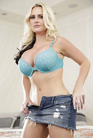 American mom Alena Croft strips off bra and skirt