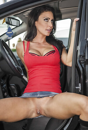 Jessica Jaymes gets fucked after spreading her cunt in a car