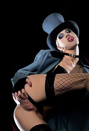 Glamour bitch Cora Menson