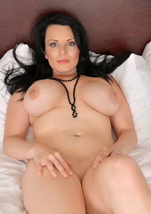 Stunning Canadian MILF displays her perfect bosom and poses nude