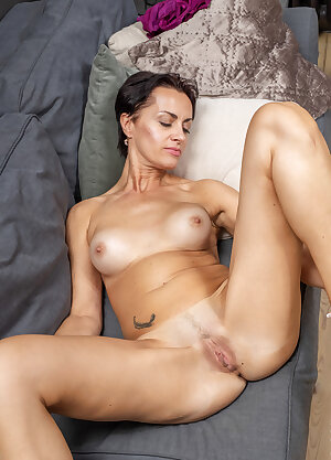 Mature wife exposes her slender body and rubs her trimmed cunt