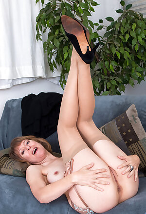 Elegant lady Jamie Foster strips to stockings and stretches her pussy