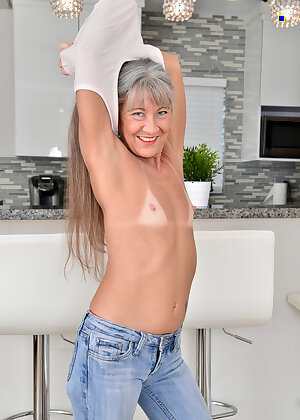 Petite older wife Leilani Lei flaunting her bald pussy