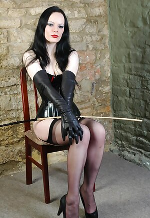 Sexy femdom puts on a pair of long soft leather gloves