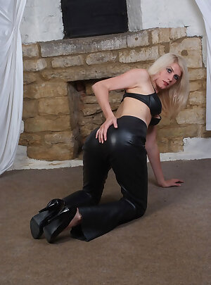 Skinny MILF blonde pulls down her leather pants and shows off her tight cunt