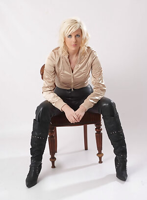 Naughty UK blonde knows how to wear a pair of tight leather pants