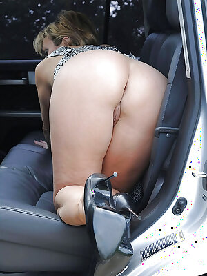 British mature slut demonstrates her sexy ass posing on the backseat