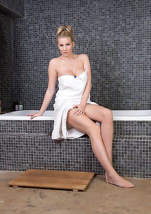 Buxom MILF babe cums clean