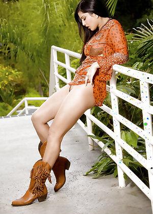 Curvy Canadian MILF Sunny Leone masturbating her cute pussy outdoor