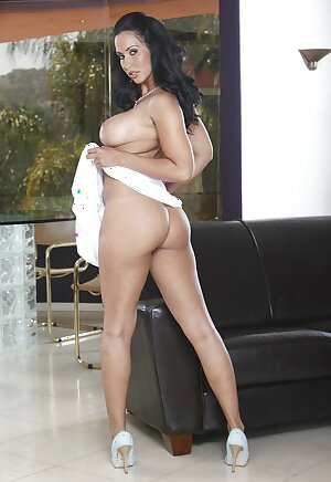 Curvy MILF babe Isis Love demonstrating big nice ass and great boobies