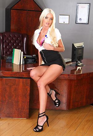 Blonde babe milf in high heels Jordan Blue posing before camera