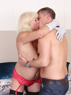Mature couple got so horny they just needed to fuck
