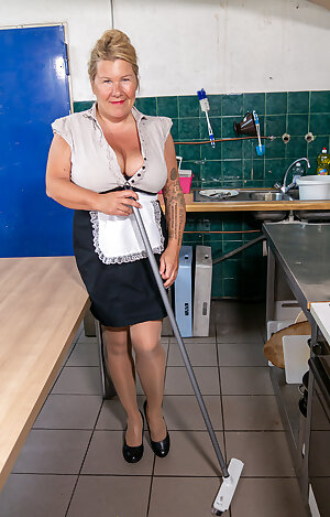 Fat cleaning lady playing with her dirty self in the kitchen