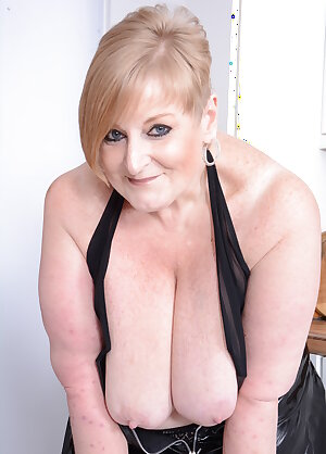 Fat mama with saggy tits playing with her pussy