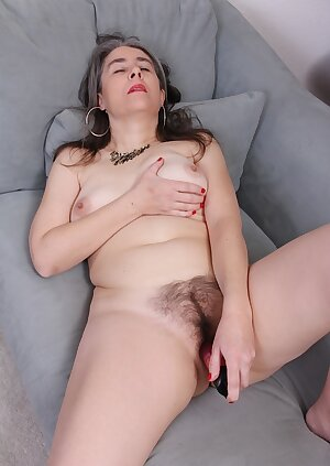 Older amateur Lexy Lou toying her hairy mature pussy