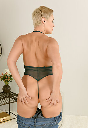 Hot MILF Ryan Keely shows her that round ass