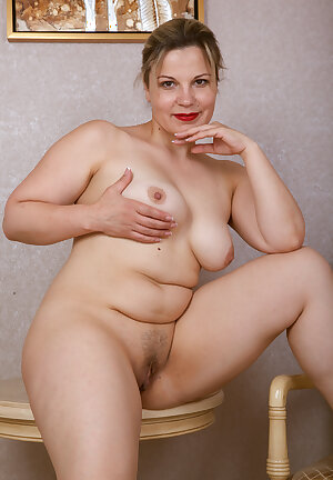 Voluptuous fat beauty Ellariya Rose undressing and posing nude