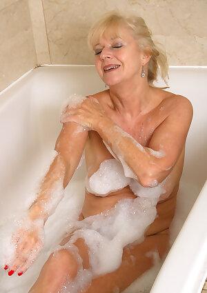 Older mom Sapphire Louise in bathtub