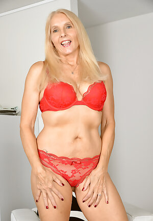 Mature blonde Chery Leigh smiles