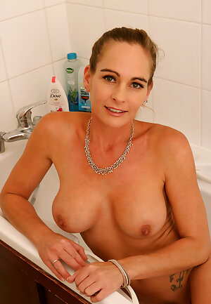 Elegant Eve Soapy in bath