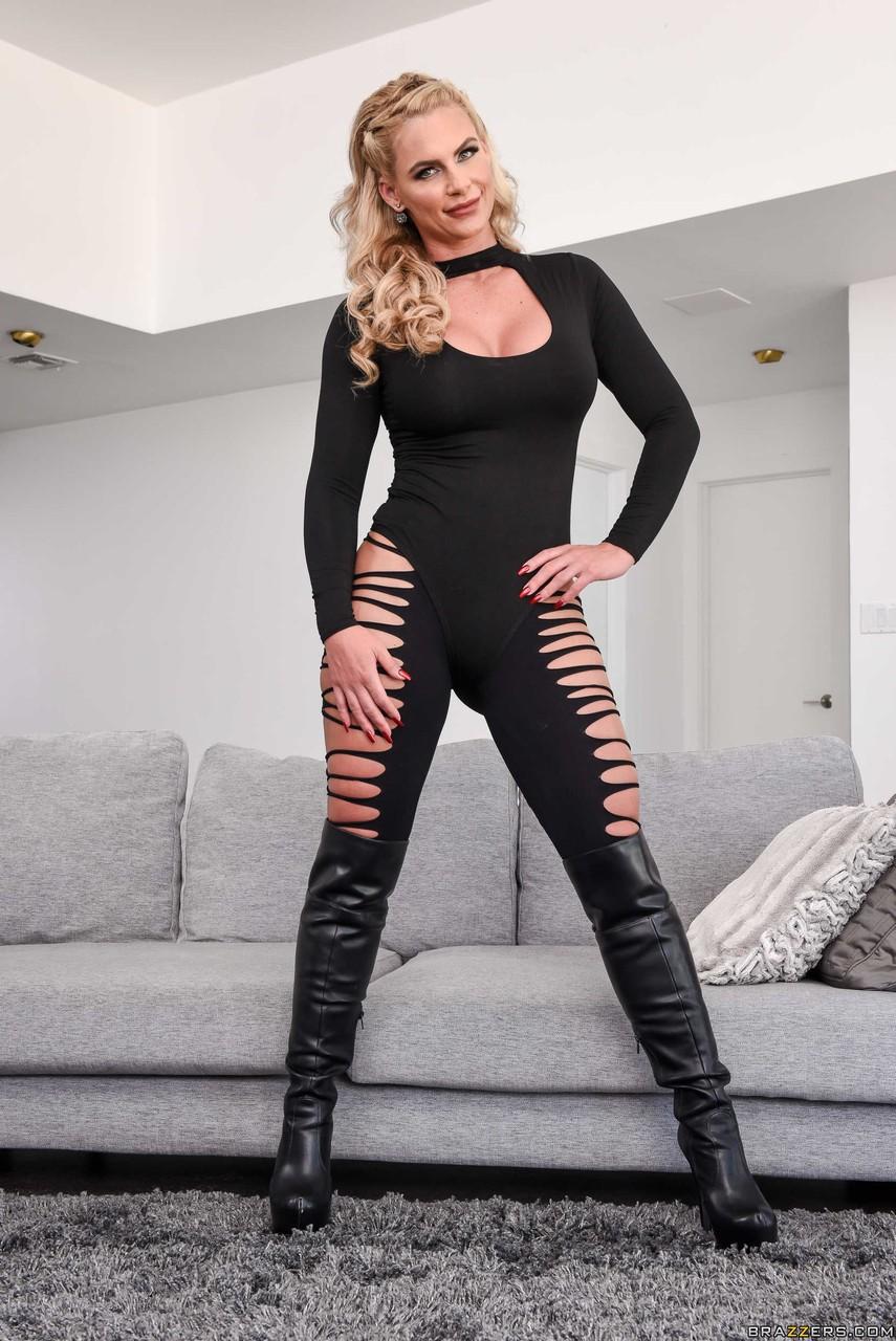 Big booty MILF pornstar Phoenix Marie strips her clothes