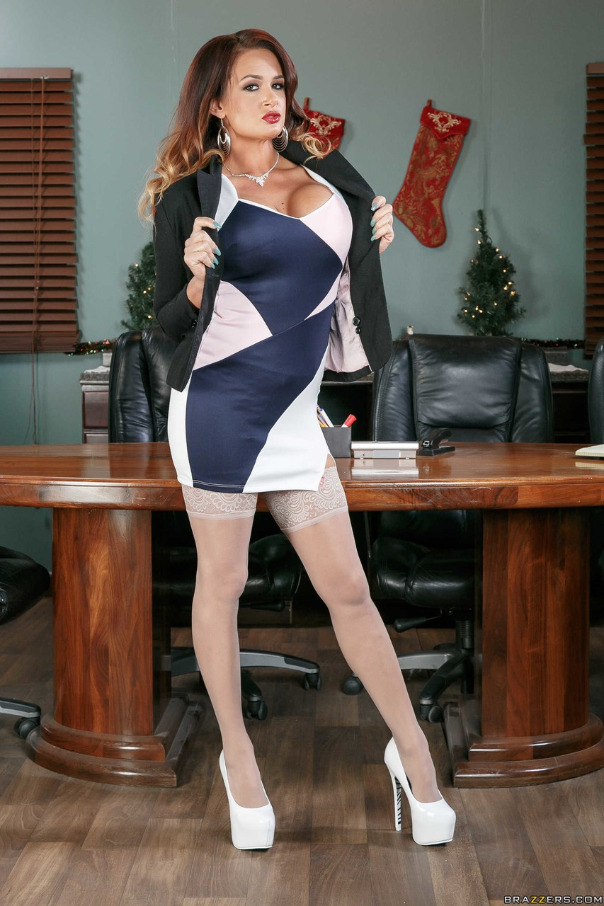 White MILF Tory Lane strips to lingerie and stockings in