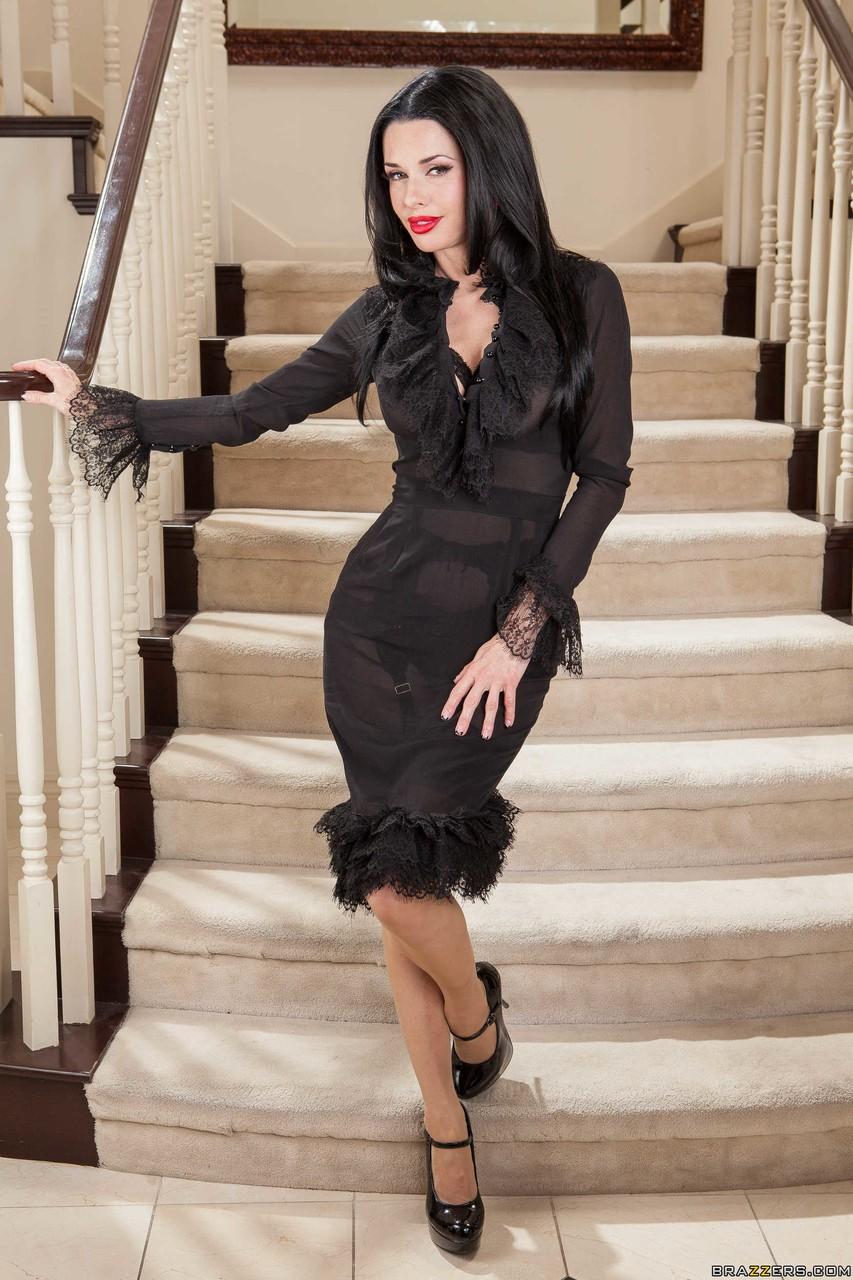 Solo MILF model Veronica Avluv flaunts her big tits in bra